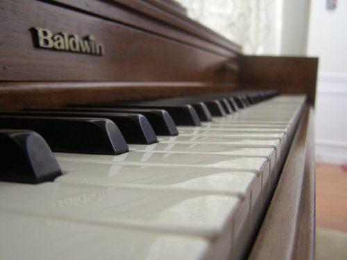 Baldwin_piano_close-up